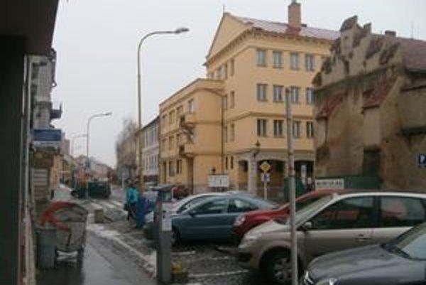 Jarková ulica. Operačné stredisko sleduje verejný poriadok a parkovanie.