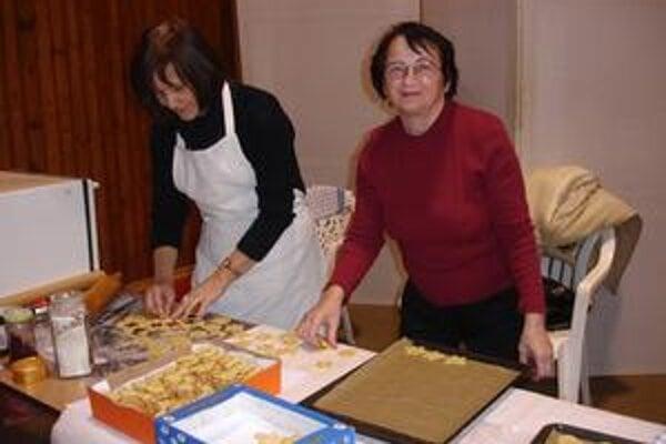 Pečenie medovníkov. Pripravovali ich Emília Moravcová (vľavo) a Terézia Janíková.