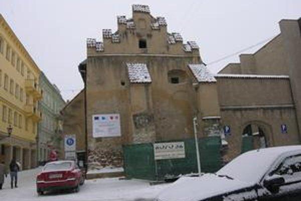 Caraffova väznica. V týchto dňoch sa pracuje na prepojení prízemia a poschodia.