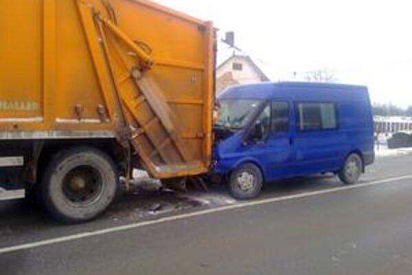 Dodávka v smetiarskom aute. Dvaja robotníci o vlások unikli nárazu.