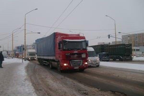 Kamióny. Podľa cestárov za súčasný stav vozovky môžu ťažké vozidlá.