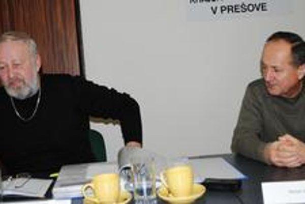Petičný výbor. Pavol Straka (vľavo) a Dušan Harbáč chcú urýchliť výstavbu nového ihriska.