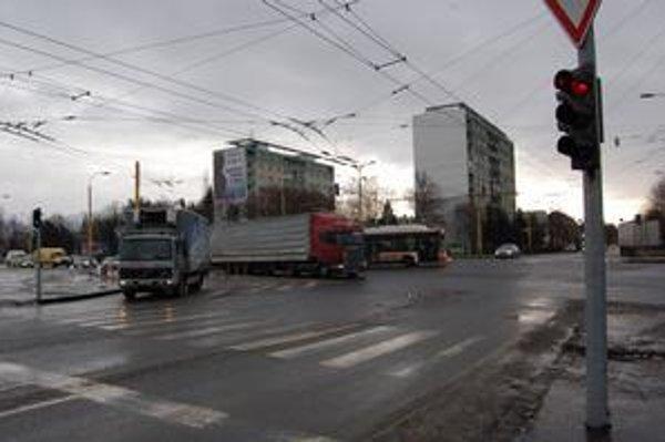 Križovatka Levočská - Clementisova. Aj tu majú chodci i autá zelenú súčasne.