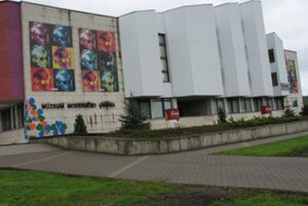 Múzeum moderného umenia Andyho Warhola v Medzilaborciach. Poslanci PSK nákup obrazov do jeho vlastníctva zamietli.