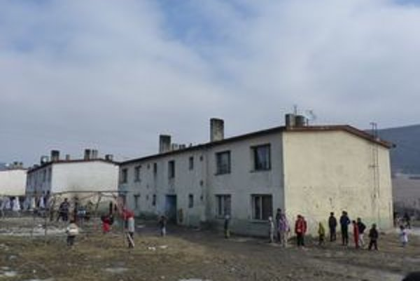 Osada v Mirkovciach. V týchto zaostalých podmienkach rodičia malej Ľudky zanedbávali starostlivosť o jedenapolročné dievčatko.