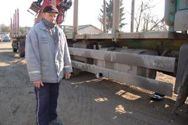 František Miškuf. Na aute s hydraulickou rukou denne pracoval v lese. Po krádeži olejového čerpadla je auto odstavené.