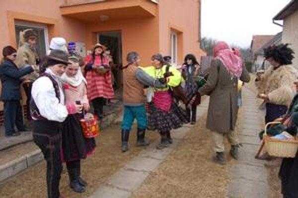 Zabávali ľudí v obci. Na oplátku dostali výslužku.