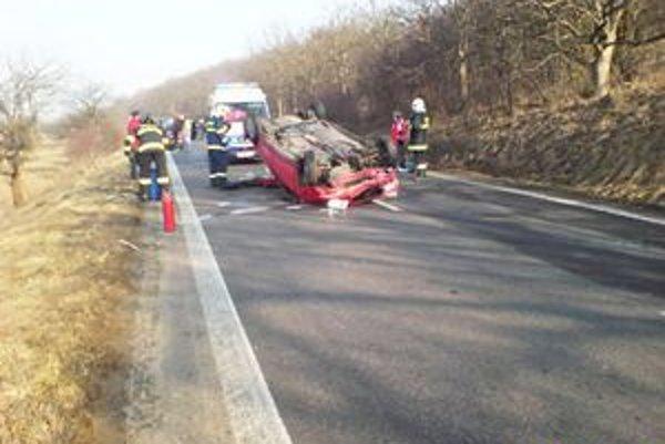 Auto na streche. Vodič zostal po nehode v bezvedomí.