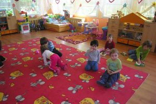 Rodičia vo Svidníku budú platiť mesačný polatok za dieťa v škôlke štyri eurá.