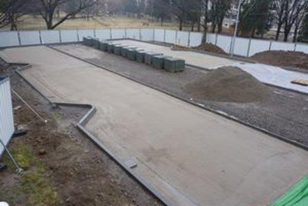 Výstavba plateného parkoviska. Predĺžila sa o niekoľko mesiacov. Stavia ich súkromná firma na mestských pozemkoch.
