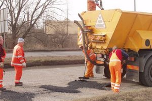 Cestári pracujú v úseku mestskej časti komunikácie cez Sekčov