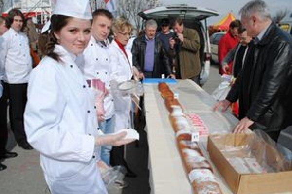 Budúca cukrárka. Lenka Tomečková so spolužiakmi.