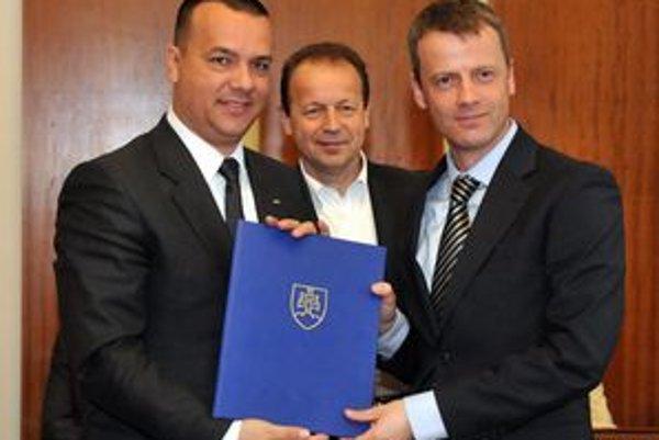 S podpísaným memorandom rukách zľava: Minister hospodárstva Juraj Miškov, primátor mesta Prešov Pavol Hagyari a finančný riaditeľ divízie dopravných systémov spoločnosti Honeywell Peter Bracke.
