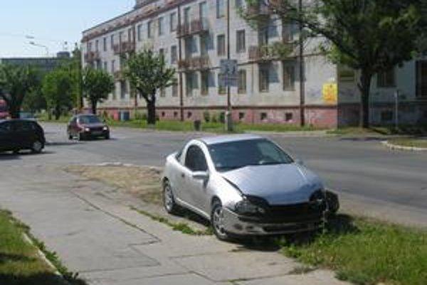 Zničený automobil bol odstavený na okraji cesty.