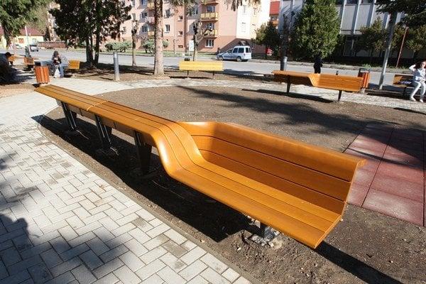 Designerské lavičky v Hnúšti.