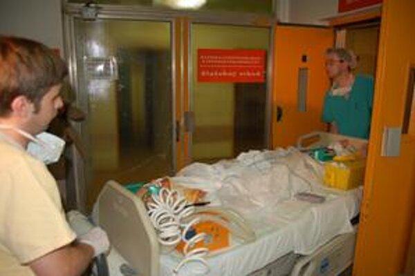 Kozlov nedávno utrpel vážny úraz krčnej chrbtice. Lekári ho operovali tri hodiny, po nej dýchali za neho prístroje.