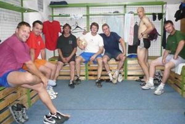 Hokejisti sa pred štartom prípravy dobre bavili.