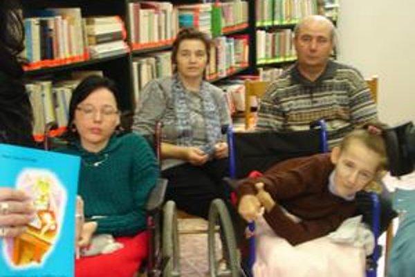 Mária Kostová (vpravo) so sestrou Erikou a rodičmi (v pozadí) pri krste knihy Rozprávkové všeličo na dobrú noc v bardejovskej knižnici Dávida Gutgesela.