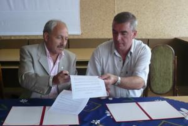 Podpísané, podčiarknuté. A. Szántó (vľavo) a M. Chmeliar to spečatili.