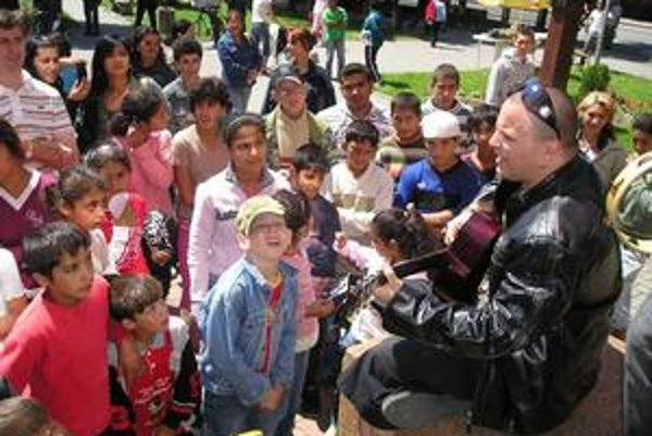 Deň krivých zrkadiel. Deti mali na Dni krivých zrkadiel najväčšiu radosť z Roba Miklu.