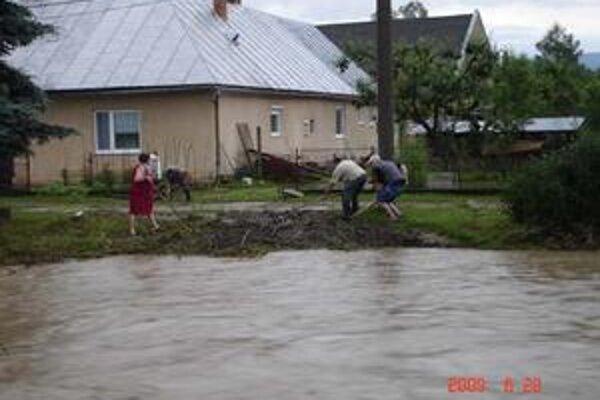 Kamenec. Nadránom o pol piatej už voda klesla o pol metra, napriek tomu pôsobil potok hrozivo.