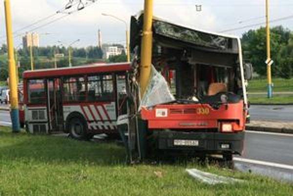 Sídlisko Sekčov. Dnes tu došlo ku kurióznej nehode, keď autobus MHD skončil na stlpe verejného osvetlenia.