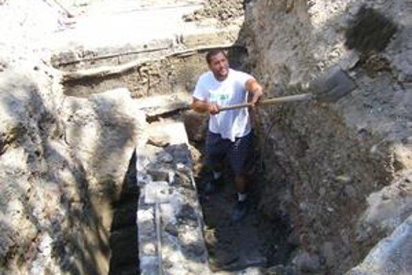 Na stavbe. Robí sa aj archeologický výskum.