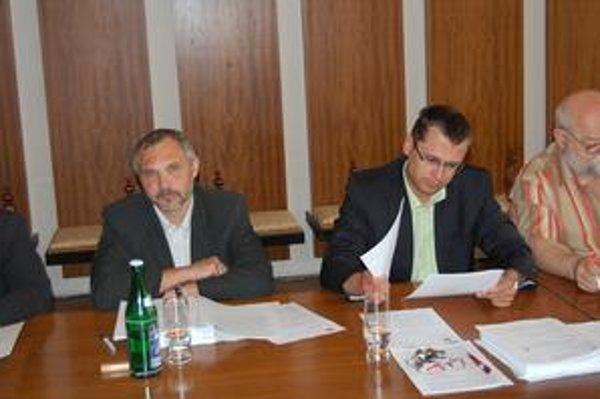 Spor. Juraj Hurný (vľavo) a prednosta Jozef Višňovský si nerozumejú.