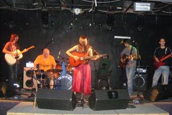 Joy. Na koncertoch s nimi hosťoval aj basgitarista Ján Jendo Poráč.