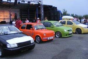 Najkrajšie autá. Na Tuning zraze sa najviac páčil oranžový Fiat.