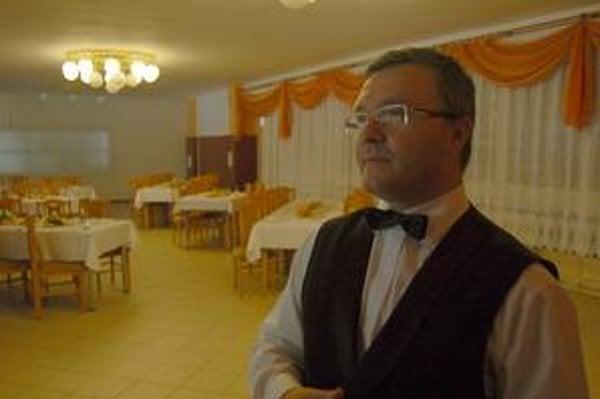 Jozef Balaj. Dohliadal na prípravu jedál.
