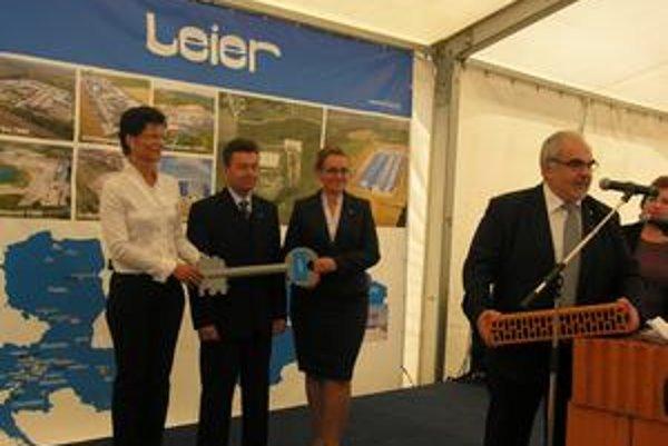 Otvorenie firmy. Majiteľ firmy Leier odovzdáva tehlu a kľúč slovenským šéfom továrne.