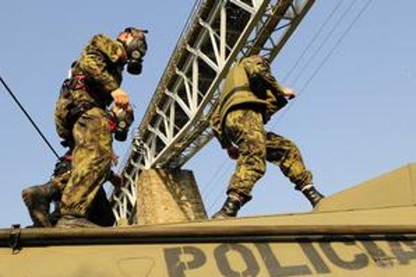 Kukláči. Majstrovstiev špeciálnych policajných jednotiek V4 sa v Prešovskom regióne zúčastňuje 12 družstiev.