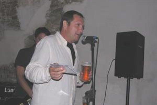 Krstný otec Jozef Muránsky pokropil CD pivom.