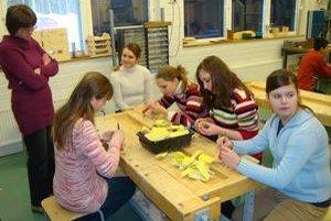 Slováci vo fínskej škole. Na hodine technických prác vyrábali kľúčenky z dreva.