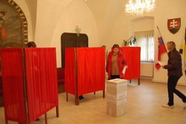V Šarišských Michaľanoch ľudia chodili do volebných miestností na obecné referendum o odvolaní starostu. Napokon neprišla polovica oprávnených voličov, referendum je neplatné.