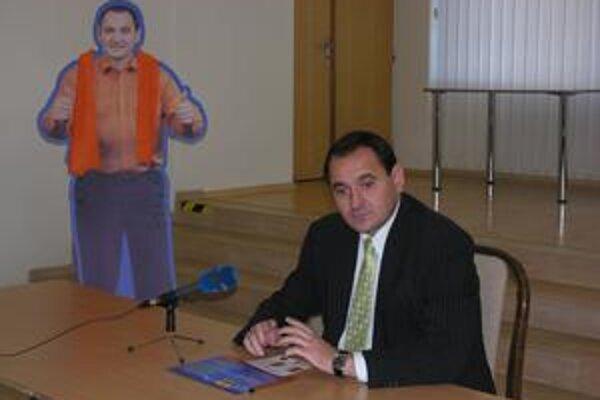 Peter Chudík predstavil aj svoju volebnú maketu s oranžovým šálom.