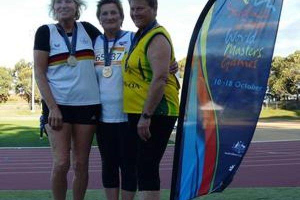 Trojica najlepších. Eva Poláková (v strede) na stupni víťazov na svetovej veteraniáde v Sydney.