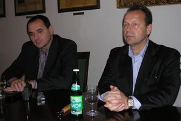 Peter Chudík a Pavel Hagyari (vpravo) zakopali predvolebnú bojovú sekeru. Prešovský primátor podporí v druhom kole krajských volieb súčasného župana.