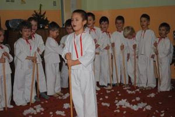 Koledníci. Škôlkari pripravili rodičom vianočný program.