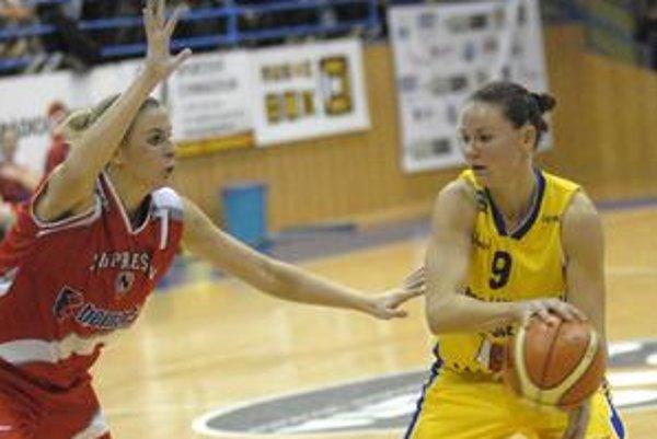 Julia Karajevová. Prešovčanka (na snímke vľavo) nebola v Ružomberku úplne fit.