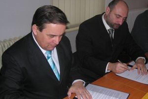 Majú nad čím premýšľať. S. Kahanec (vľavo) a Š. Kužma pri podpise deklarovanej spolupráce.