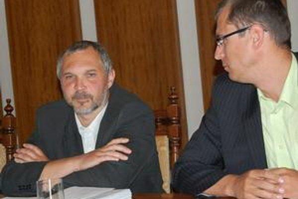 Odlišné postoje. Juraj Hurný (vľavo) chce odbor zrušiť, Jozef Višňovský (vpravo) si za ním stojí.