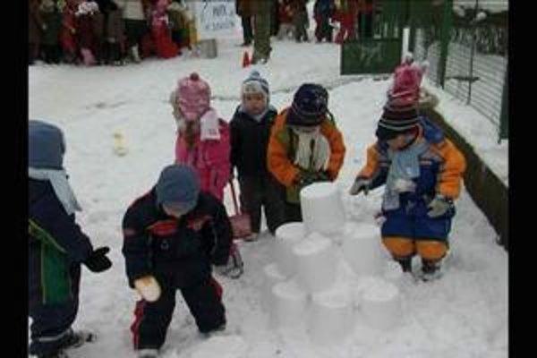 Výtvory zo snehu. Škôlkari sa vybláznili.