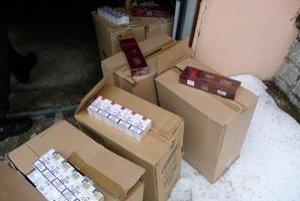 Zhabané cigarety. Colníci ich našli u ženy, ktorá podozrivé kartóny prenášala do garáže.