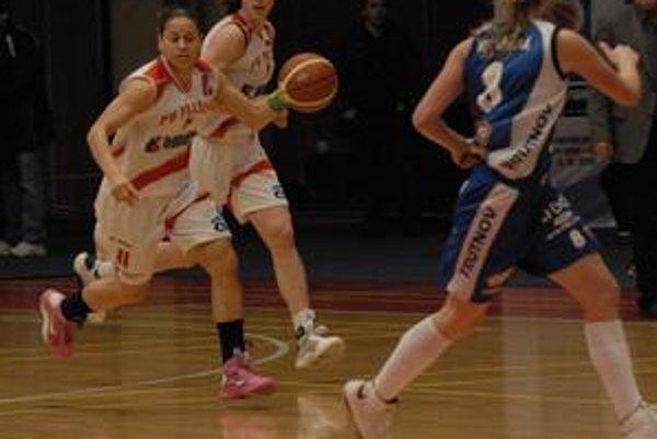 J. Risperová (s loptou) bola s Nitrou najlepšou strelkyňou Prešova.