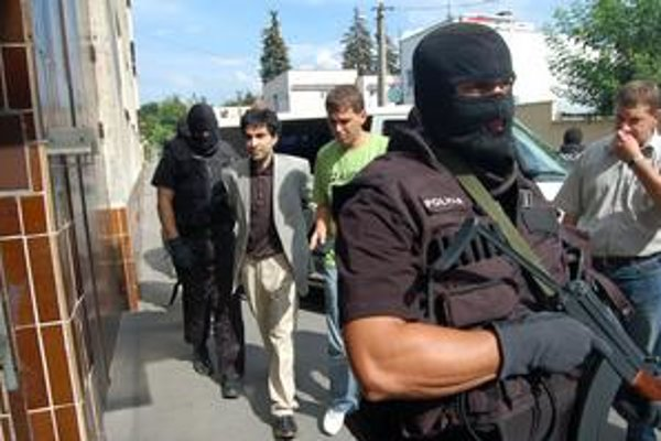 Vznesenie obvinenia. Pred bránami basy ho vyšetrovateľ v júni 2008 obvinil zo zločinu vydierania a marenia spravodlivosti. Na slobodu sa tak nedostal.