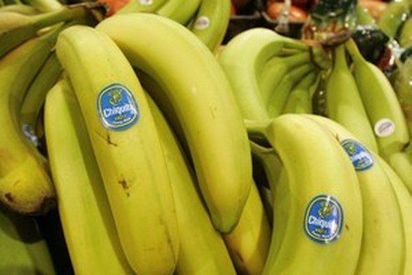 Modrá nálepka charakterizuje firmu Chiquita.