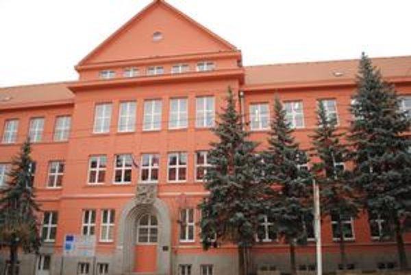Poslanci schválili dofinancovanie nepredvídaných prác pri školských stavbách.