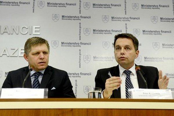 Premiér Robert Fico a minister financií Peter Kažimir.